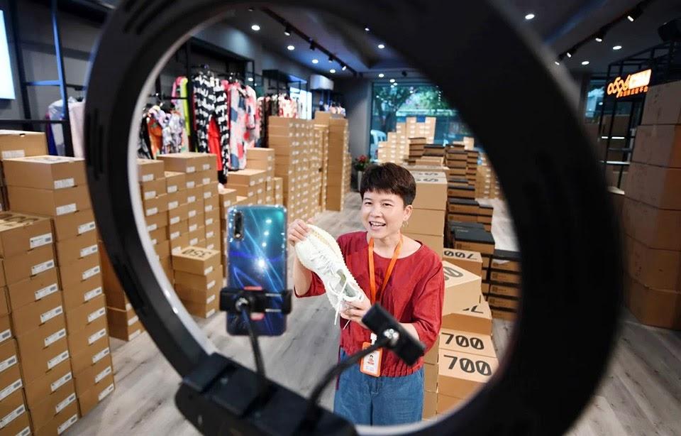 Setup phòng livestream bán giày gucci